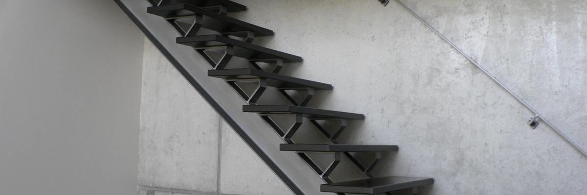 Trap: open: exclusief, zwart , uniek, strak, modern, staal, hout