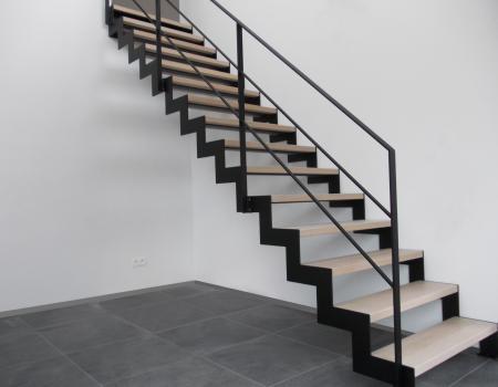 Strakke design trap in gepoederlakt staal, bekleed met houten treden
