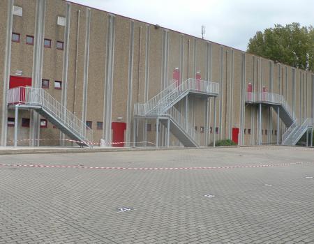 Industriële gesloten trappen met tussenbordes, warmbad verzinkt