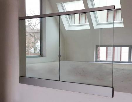 Borstwering met glaspanelen