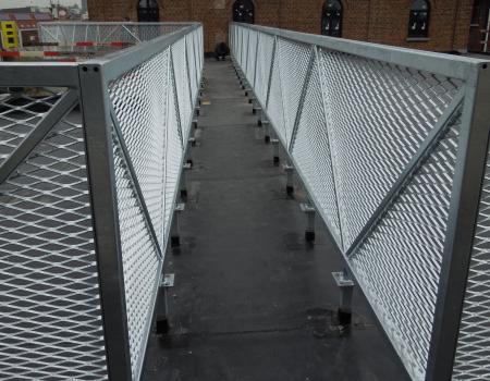 Veilige gesloten balustrade in strekmetaal