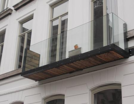 Balkon met loopvlak in houten planken, en borstwering Aquarius
