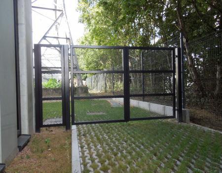 Draaihekken: modern:  gevuld met gerokken staal in poedercoat