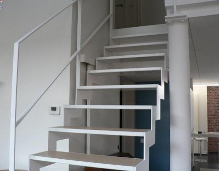 Rechte trap : strak, desing, uniek, fijn, staal, wit, hout, parket, laminaat