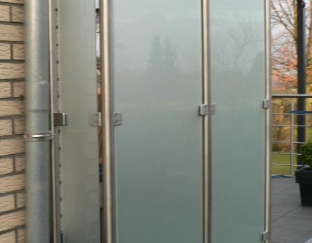Windscherm in inox, geborsteld met glasvulling