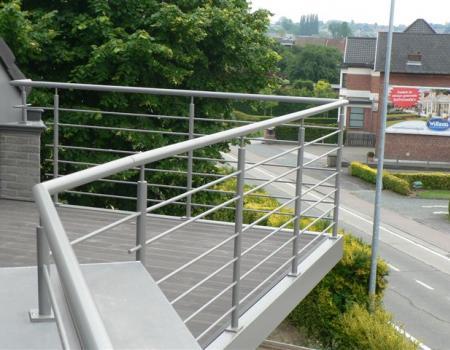 Gepoedercoat terras in staal, belegd met houtcomposiet
