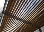 Zonneweringsluifel in staal met houten lamellen