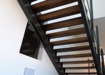 Metalen trap: Trapwangen in kokers met houten treden, stalen structuur trap
