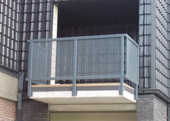 Balustrade met vierkante kokers en geperforeerde staalplaat