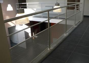 Hedendaagse gesloten balustrade in gepoedercoat staal