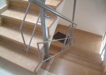 Borstwering traphal appartement weinig ruimte tussen trapsledes