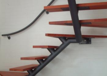Trap: centrale stuctuur, trapboom , staal, houten treden