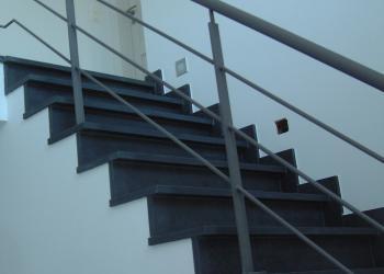 Borstwering met platte profielen als steun en horizontale ronde spijlen, in gepoedercoat staal