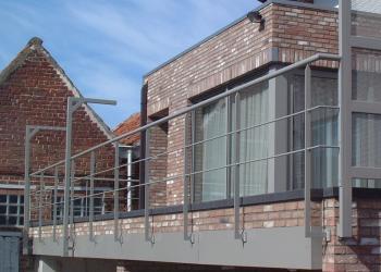 Open balustrade met fijne profielen.