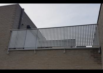 Gemetalliseerde en gepoederlakte balustrade met grote ronde geperforeerde gatengate