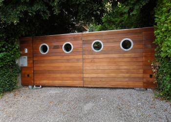 Houten poort : in gegalvaniseerd staal, bekleed met hout