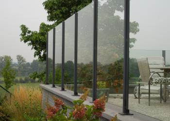 Borstwering met panelen in klaar glas