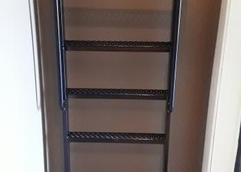 Draaibare ladder met grepen en onderaan wieltjes