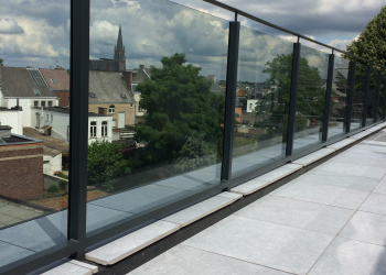 Balustrade: Combinatie van staal en glas