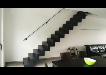 In trapvorm gesneden wangen, gesloten gemaakt door boven- en onderplaat, geisoleerd