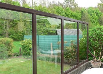 Glaswand met rechthoekige kokerprofielen als draagstructuur