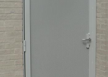 Metalen deur met vulling in geperforeerd staal, gepoedercoat.