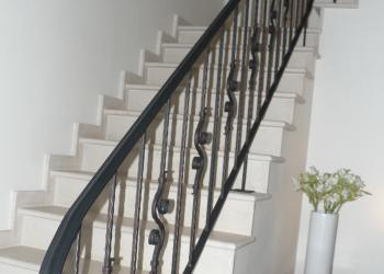 Klassieke borstwering met verticale sierspijlen in gepoedercoat staal