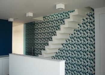 Gesloten trappen rechte designtrap met trapwangen in trapvorm in gepoedercoat staaltrappen