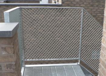 Balustrade : uit looprooster met vierkante mazen, warmbad verzinkt