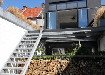 Draagconstructie voor houtopslag in gegalvaniseerd staal en terrasscheiding