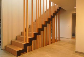 Stalen trapwangen in trapvorm gesneden met zijdelings gelaste tredesteunen