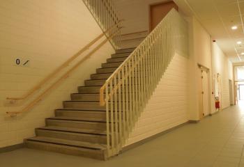 Stalen trapleuningen-balustrades en dubbele houten handgrepen