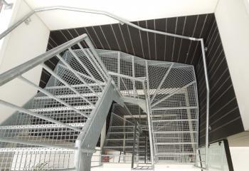 Gegalvaniseerde open trap model noord ierland met trapleuning-balustrade model miranda
