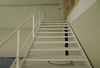 Gemetalliseerde en gepoederlakte open rechte trap met eindpallier model noord ierland